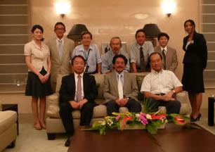 日本大使館で記念撮影 後列左から2番目が横山、6番目が小嶋先生、前列左から佐々木教授、山﨑先生、岡田大使